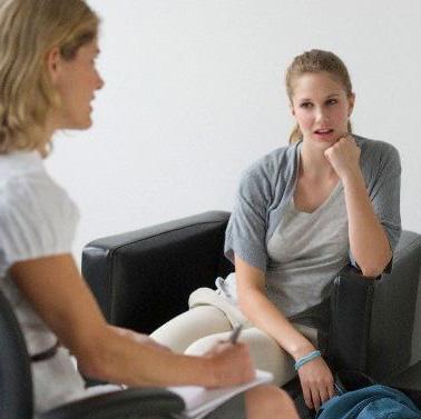 Psicóloga ayuda en terapia de pareja